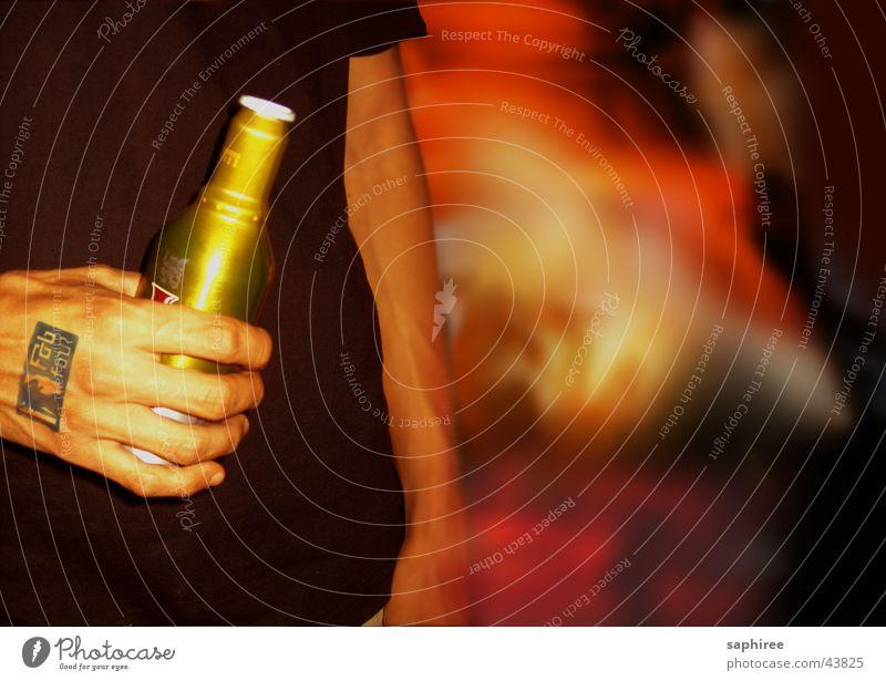watching Nachtleben Club Disco Party Licht Alkohol Flasche Die Korken knallen lassen Partygast