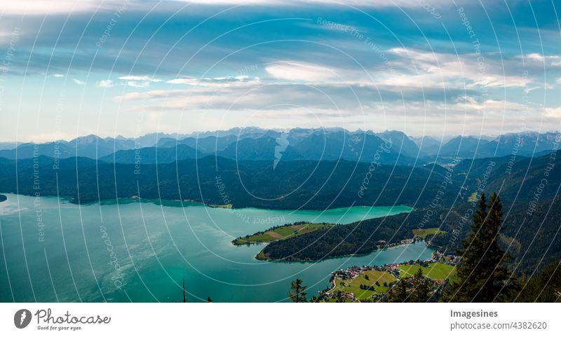 See und Berge. Panorama des bayerischen Dorfes Walchensee mit Alp See Walchensee in bayerischen Voralpen in Deutschland, Europa. Blick vom Herzogstand