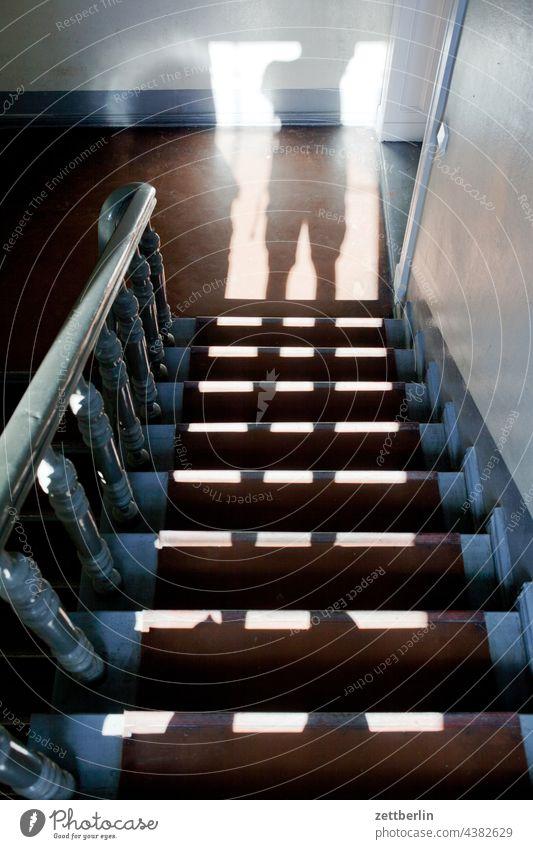 Schatten auf der Treppe absatz abstieg abwärts altbau aufstieg aufwärts fenster geländer haus mehrfamilienhaus menschenleer mietshaus stufe textfreiraum treppe
