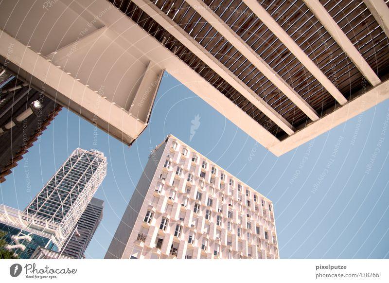 immobilienmarkt Stadt Hauptstadt Skyline Menschenleer Hochhaus Architektur eckig Business Perspektive Immobilienmarkt Himmel Kurve Barcelona Wirtschaftskrise