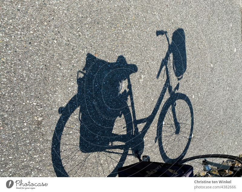 Der Schatten eines Fahrrades mit Satteltaschen und Lenkerkorb Fahrradschatten Packtaschen Fahrradfahren Straße Wege & Pfade Asphalt Freizeit & Hobby Leeze