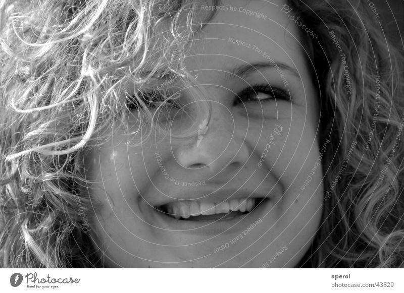 lächeln Frau weiß schwarz lachen blond Fröhlichkeit grinsen Locken Gute Laune