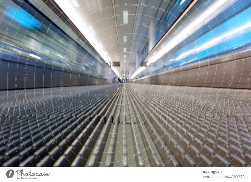 Personenförderband am Flughafen (Detail) Fluchtpunktperspektive Verspätung Tunnelblick Zeitdruck Beeilung Reisefotografie Abheben Abreise zu spät Flugzeugstart
