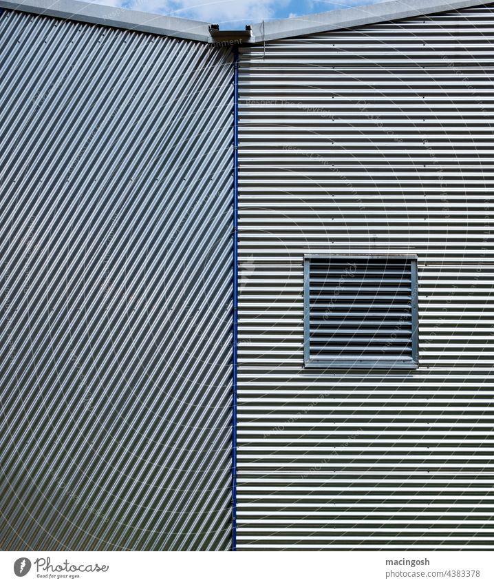 Industriefassade mit Wellblech Metall Menschenleer Gewerbegebiet Fassade Außenaufnahme Gebäude Industrieanlage Fabrik Architektur Lagerhalle Strukturen & Formen
