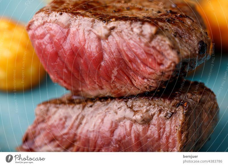 gegrilltes Steak auf einem Schneidebrett deutsch slice cut steak knödel Fleisch saftig Essen Hintergrund Gericht Nahaufnahme Rindfleisch frisch Filet Tisch