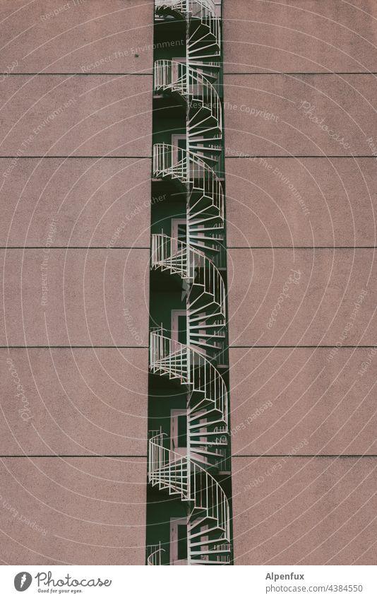 Fluchtschnecke Wendeltreppe Architektur Treppe Menschenleer Fassade Treppengeländer aufwärts Farbfoto Geländer Gebäude Spirale Haus Treppenhaus abwärts