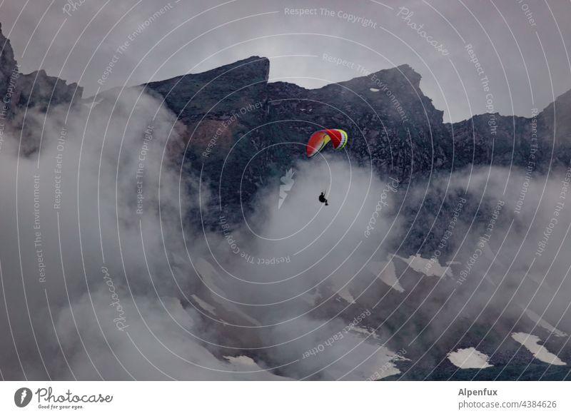 mehr Gleitzeit... Gleitschirmfliegen Freiheit Extremsport Berge u. Gebirge Freizeit & Hobby Außenaufnahme Alpen Farbfoto Sport Sommer ruhig Luft Wolken