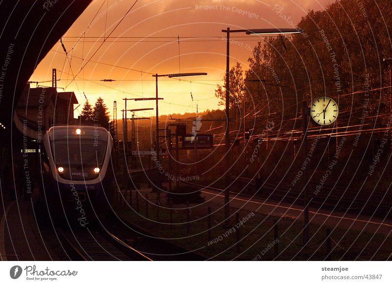 Abfahrt 18.07 Uhr Altenbeken Eisenbahn Bahnsteig Dämmerung Altenbekener Strecke talentiert Verkehr Bahnhof