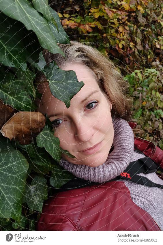 Junge Frau nachdenklich lehnend an einem Baum (Selbstportrait) 40-45 Natur Efeu ruhepool farbig Ruhe Stille Blond Gesicht weiblich feminin blick nahaufnahme