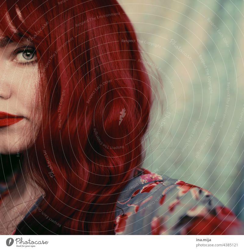 halbes Gesicht einer rothaarigen Frau mit Stirnfransen langhaarig Haare Haare & Frisuren Auge Augenblick Blick feminin Porträt Mensch Erwachsene schön