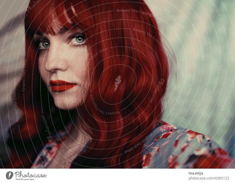 Portrait einer rothaarigen Frau mit roten Lippen rote lippen rote Haare Rotschopf Porträt Gesicht schön Mode Stil charmant rote Lippen Beautyfotografie
