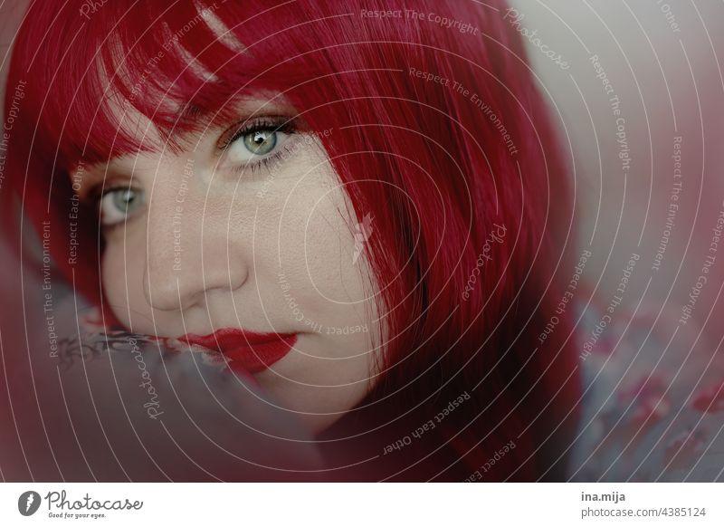 Portrait einer rothaarigen Frau Traurigkeit stirnfransen Pony Mensch feminin Haare & Frisuren Erwachsene Junge Frau Porträt langhaarig schön Gesicht