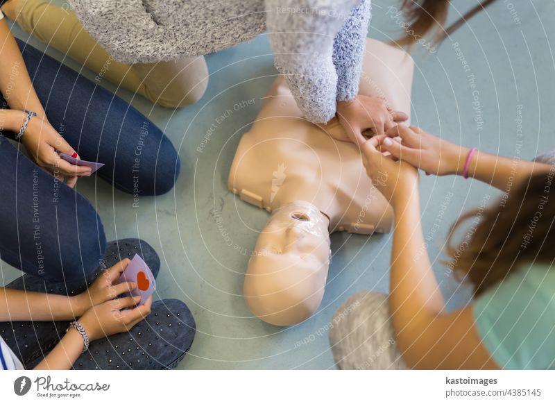 Erste-Hilfe-Kurs zur Wiederbelebung mit AED. Erste Hilfe aed automatisierter externer Defibrillator kardiopulmonale Reanimation Herzstillstand Leben retten