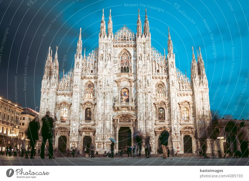 Der Mailänder Dom, Duomo di Milano, ist die gotische Kathedralkirche von Mailand, Italien. Aufgenommen in der Abenddämmerung vom Platz voller Menschen
