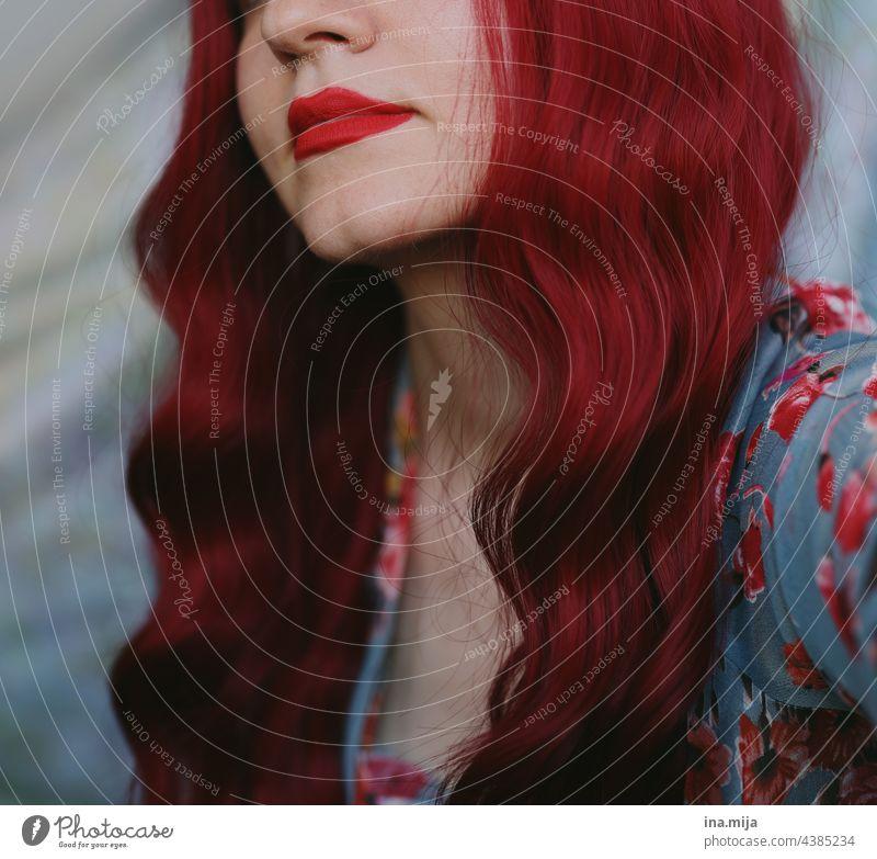 Frau mit rotem Lippenstift und roten langen Haaren rothaarig rote Lippen readhead Rotschopf langhaarig Haare & Frisuren schön Porträt rote lippen rote Haare