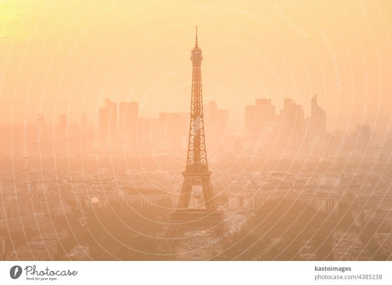 Luftaufnahme von Paris mit dem Eiffelturm und dem großen Geschäftsviertel La Defence im Hintergrund bei Sonnenuntergang Tour d'Eiffel Turm Frankreich Skyline
