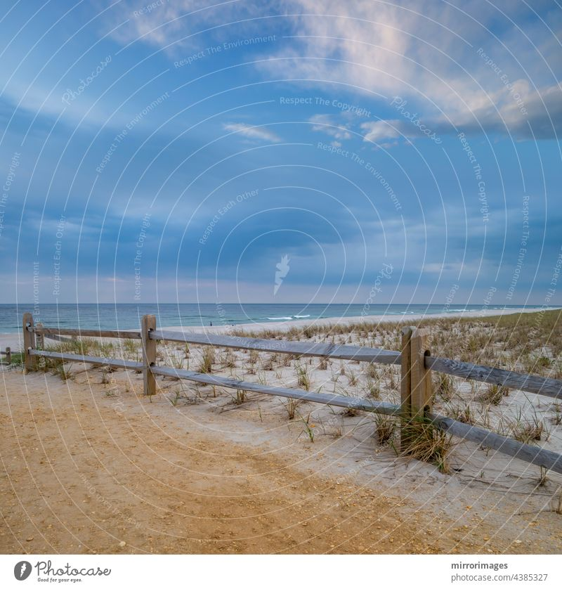 Strand Sommer Sand und Holz eingezäunt Sanddünen mit weißen Wolken, blauer Himmel und Meer Wellen Hintergrund Strände schön Küste Küstenlinie Tag Ecuador Umwelt