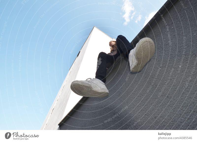 hausbe-sitz-er Schuhe froschpespektive groß Hochhaus Mauer sitzen Architektur Außenaufnahme Farbfoto Wand Tag Stadt Haus hoch Fassade Menschenleer Bauwerk