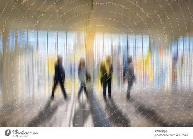 bewegende wege Menschen Bewegung Fenster hell bunt Business modern Licht Großstadt urban Fassade Erwachsene Außenaufnahme Reflexion & Spiegelung Straße Design