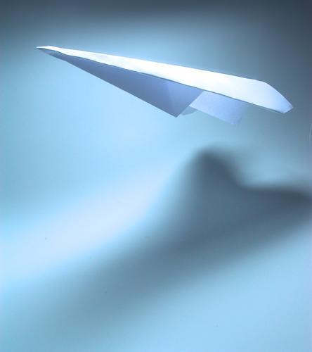 flying high Papierflieger Flugzeug Schweben Luft Schwerelosigkeit weiß Antarktis fliegen blau