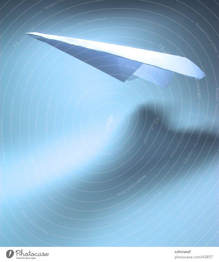 flying high weiß blau Luft Flugzeug fliegen Schweben Schwerelosigkeit Antarktis Papierflieger