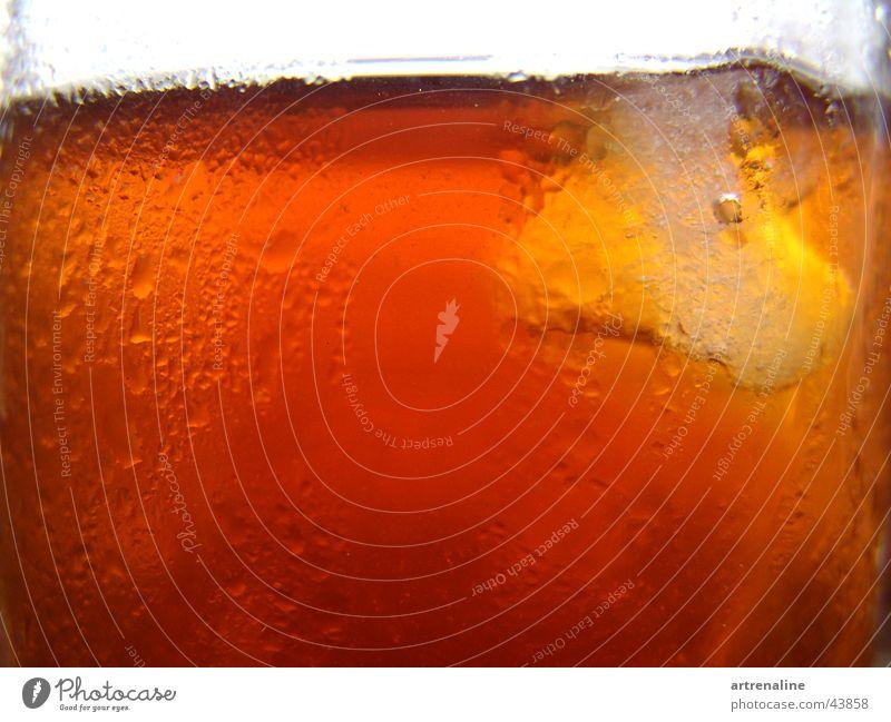 Eistee kalt Glas Wassertropfen frisch Alkohol Erfrischung Durst Eiswürfel