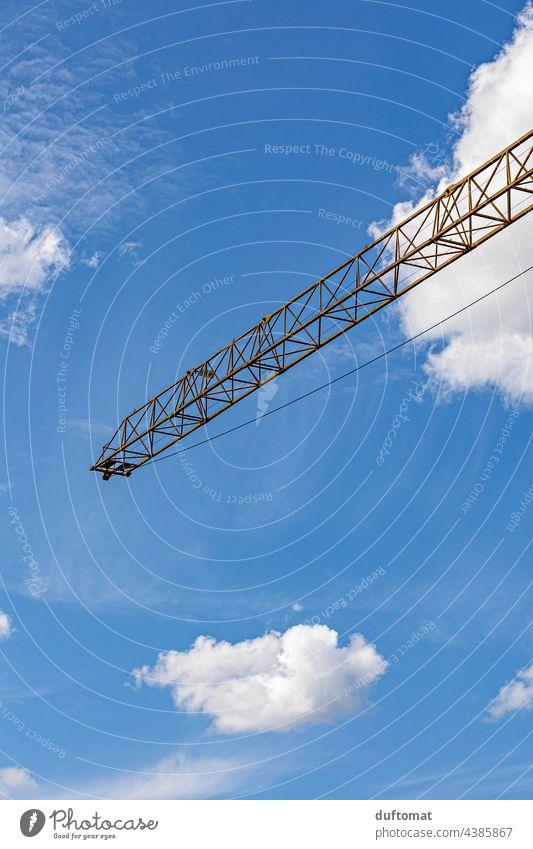 Ausleger eines Krans gegen den Himmel Baukran Kranich Konstruktion Baustelle bauen Wolken blau Arbeit & Erwerbstätigkeit Technik & Technologie hoch Industrie