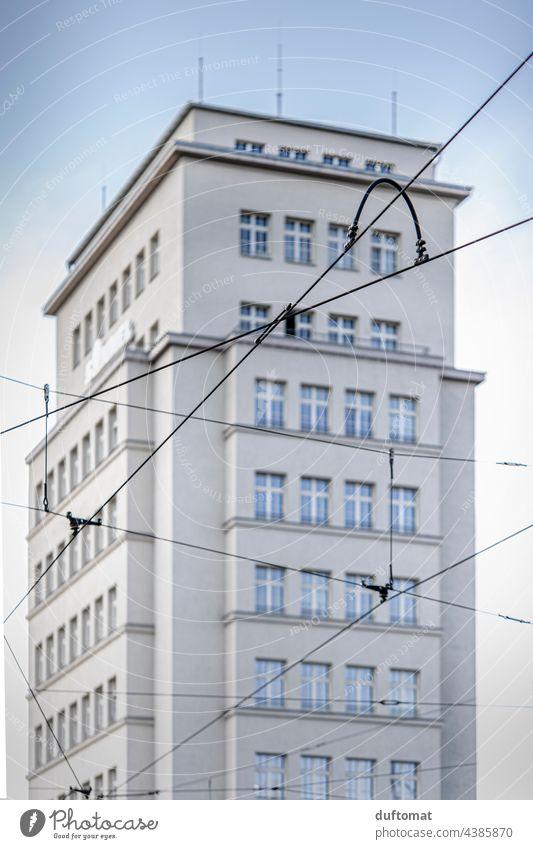 Stromleitung vor Hochhaus am Albertplatz in Dresden Architektur Plattenbau Fassade Fenster DDR Bauwerk trist Beton Stadt Gebäude Haus DDR-Architektur