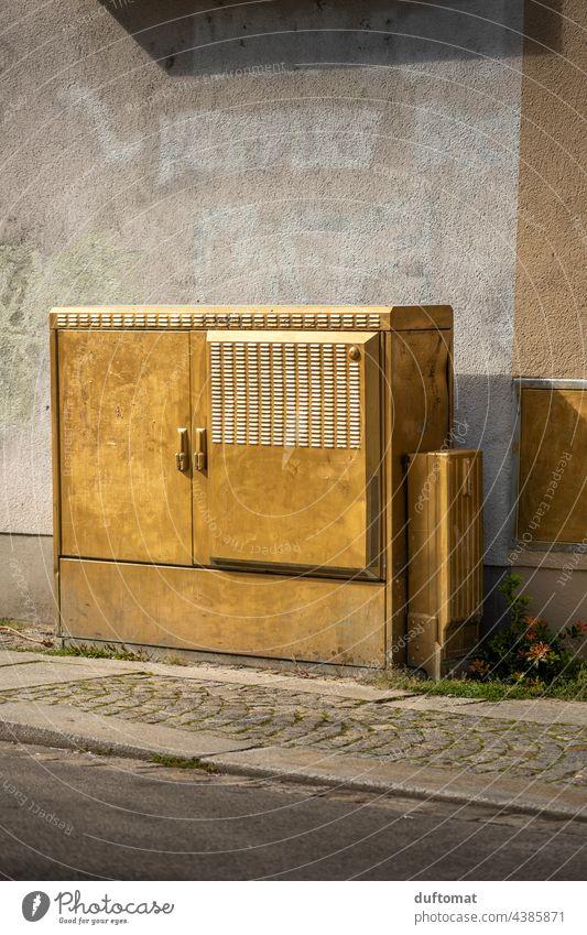 Stromkasten in gold an Hauswand in Dresden-Neustadt Gold Wand urban witz witzig Außenaufnahme Innenstadt Straße Weg Wegesrand Pflastersteine gepflastert