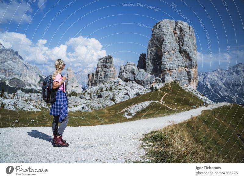 Wanderer mit Rucksack erkunden die Cinque Torri in den Dolomiten, Italien Berge Mädchen im Freien Landschaft reisen Sport wandern Natur Alpen Weg Lifestyle
