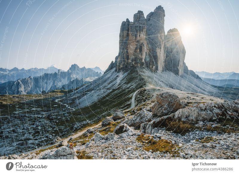 Sommerlicher Sonnenaufgang bei den Drei Zinnen im Dolomiten-Nationalpark, Italien Zimt Park tre di Landschaft Berge u. Gebirge Natur Gipfel Felsen reisen