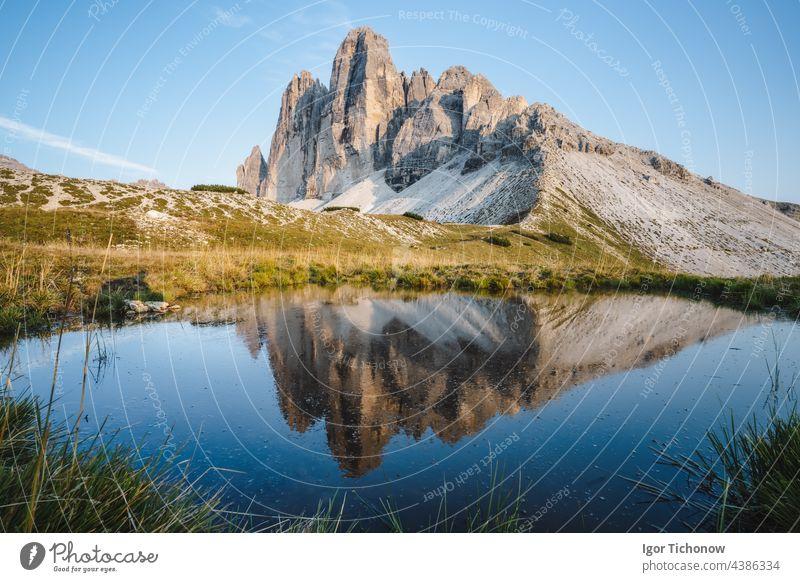 Berühmte Drei Zinnen spiegeln sich in einem kleinen Teich, Dolomiten Alpen, Italien, Europa. Berg der Drei Zinnen in den Dolomiten tre Zimt Berge See