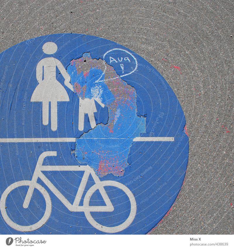 Das Aua Mensch Frau Kind Erwachsene Straße lustig gehen Verkehr Schilder & Markierungen Hinweisschild kaputt Spaziergang Fahrradfahren Mutter Schmerz