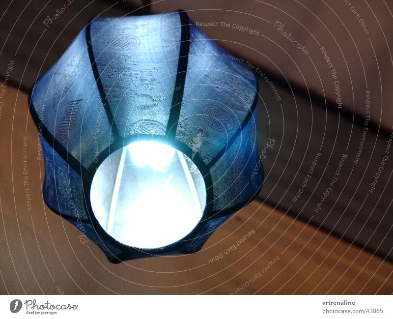 Es leuchtet Blau. Lampe Holz Raum Häusliches Leben Regenschirm Stoff Glühbirne