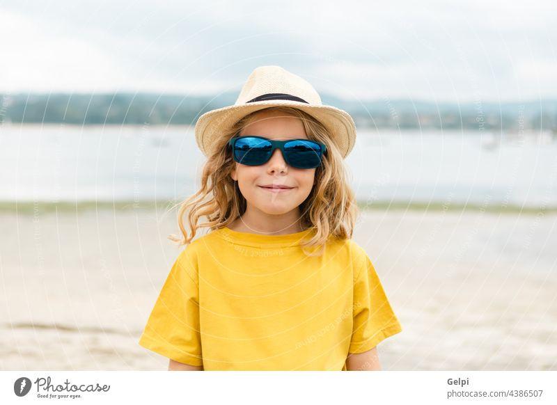 Glückliches Kind, das in den Sommerferien Spaß hat Sonne blau Feiertag Urlaub Strand schön MEER reisen träumen genießen Freiheit Vorstellungskraft