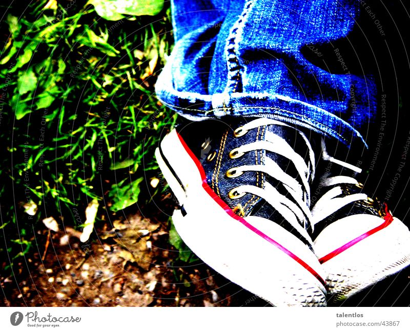 sitting down here grün blau Wiese Gras Schuhe Beine sitzen Jeanshose Hose Fototechnik