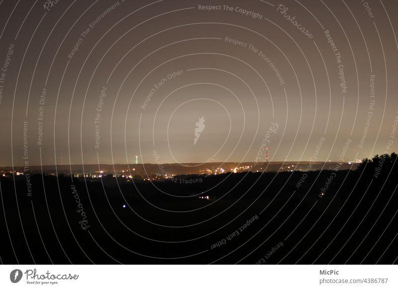 Skyline bei Nacht Stadt Außenaufnahme Langzeitbelichtung dunkel Nachtaufnahme Menschenleer Dunkelheit Beleuchtung Lichter Himmel in der Nacht Horizont