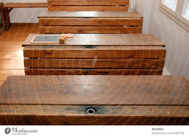 Alter Klassenraum mit Schiefertafel und Tintenpass schulklasse schulbank schultische tasche tintenfass schiefertafel holzbank schwamm holztisch vintage braun