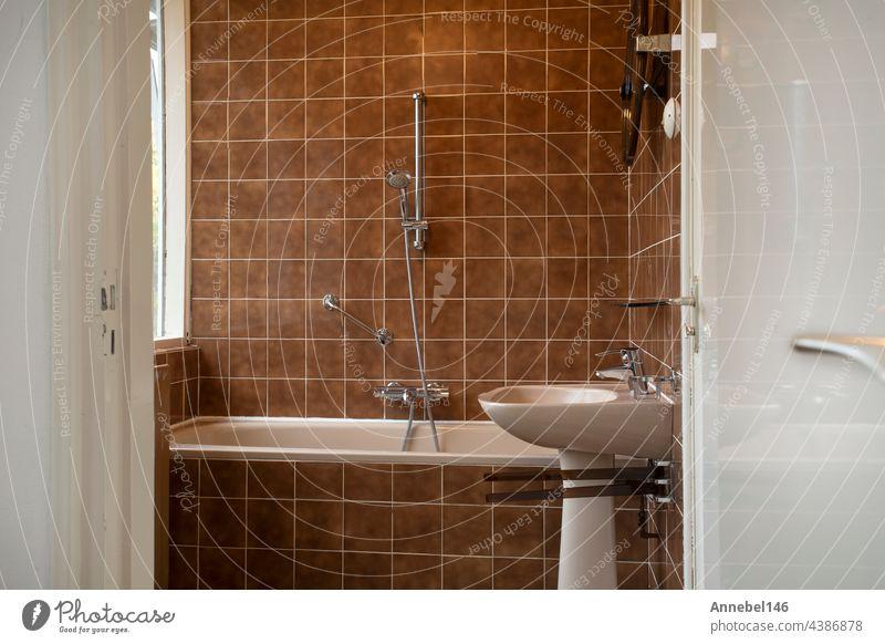 Architektur Interieur eines alten Vintage-Badezimmers mit braunen Fliesen, Antikes Design, Interieur Haus Konzept Hotel Glas Gesundheit im Innenbereich Lampe