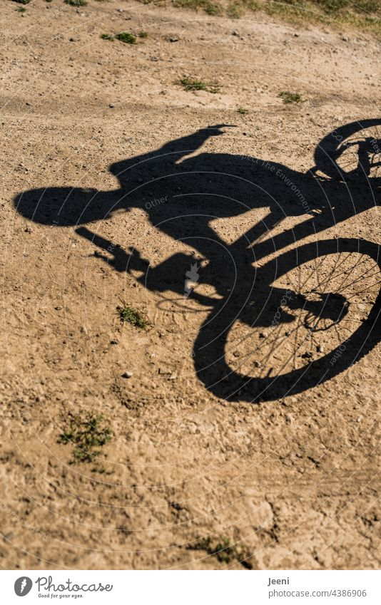 Biker bike Biken Fahrrad Fahrradfahren Fahrradtour Fahrradfahrer fahrradfahrerin Freizeit & Hobby freizeit hobby Schatten Schattenspiel Schattenbild Bewegung