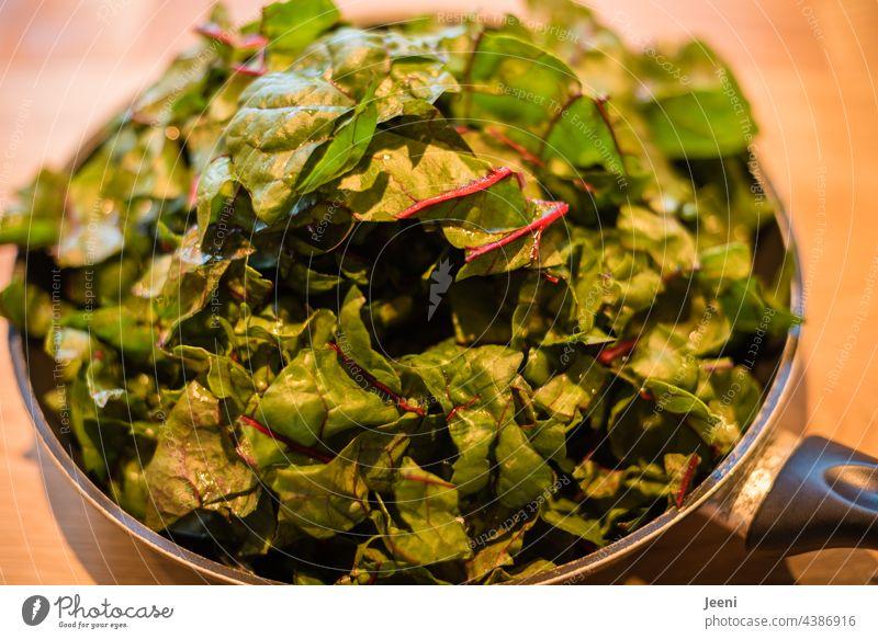 Lecker und gesund - eine Pfanne voller Mangold Gemüse frisch Vegetarische Ernährung vegetarier Vegane Ernährung veganer vegetarisch Garten lecker Essen genießen