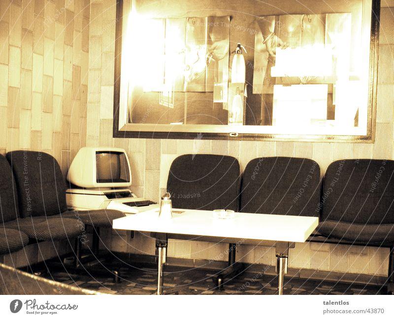 café del retro II Café Foyer Computer Sepia Kaffeetisch Sitzecke Bildschirm Fliesen u. Kacheln Reflexion & Spiegelung Zuckerstreuer Menschenleer Unbewohnt