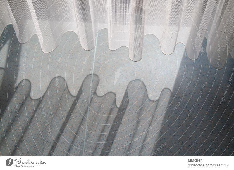Vorhang Gardine mit wellenförmigem Schattenwurf auf dem Boden Schuhe Licht Sonnenlicht Fenster Innenaufnahme Häusliches Leben ruhig Wohnung Balkon Terrasse