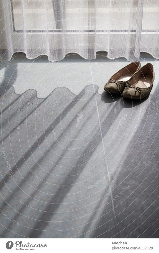 Vorhang Gardine und Schuhe mit Schattenwurf auf dem Boden Ballerinas Licht Sonnenlicht Fenster Innenaufnahme Häusliches Leben ruhig Wohnung Balkon Terrasse