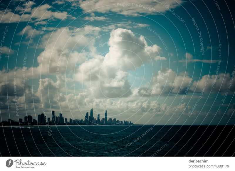 Geheimnisvolle  Wolkengebilde am blauen Himmel.  Viele Hochhäuser als Kulisse vor dem dunklem Wasser. Architektur Stadt Stadtzentrum Gebäude Hochhaus Haus Tag