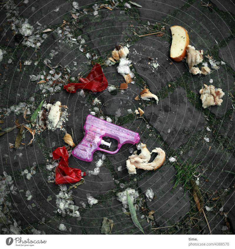 Da haben wir den Salat | Tatort Müll Obst Apfel Spielzeugpistole wasserpistole gehweg Luftballon kaputt herumliegen kopfsteinpflaster dreclig trashig brot