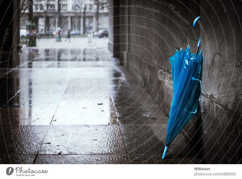 Bei so regnerischem Wetter sollte man den Regenschirm lieber nicht vergessen kalt nass kühl Herbst Winter Saison Jahreszeit Schirm blau Einfahrt Hauswand lehnen