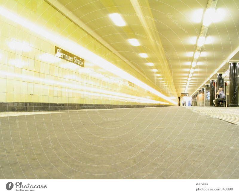 Berling U Bernauer Straße Einfahrt Verkehr fahren U-Bahn Dynamik Öffentlicher Personennahverkehr