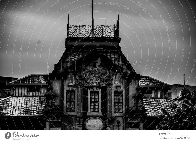 alt Stadtrand Altstadt Burg oder Schloss Architektur Fenster Dach Sehenswürdigkeit bauen Denken exotisch schwarz Stimmung Schwarzweißfoto Tag