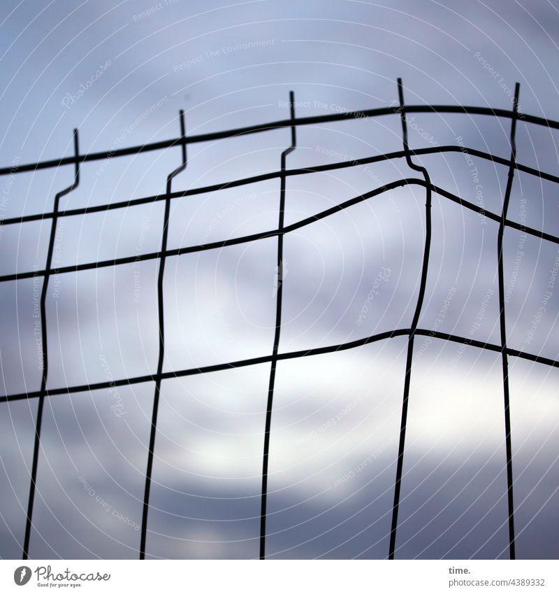 Zwischenräume | Geschichten vom Zaun (107) zaun himmel verbogen metall metallzaun abend abendlicht abendhimmel bauzaun linien schutz sicherung absicherung spitz
